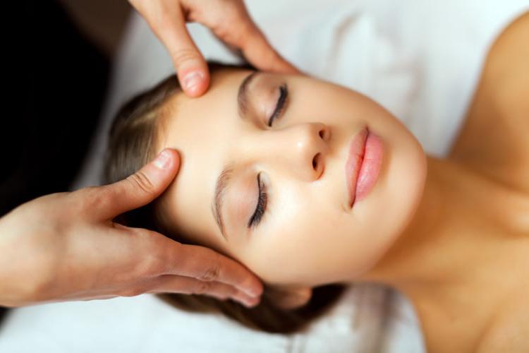 Warstwowy masaż twarzy